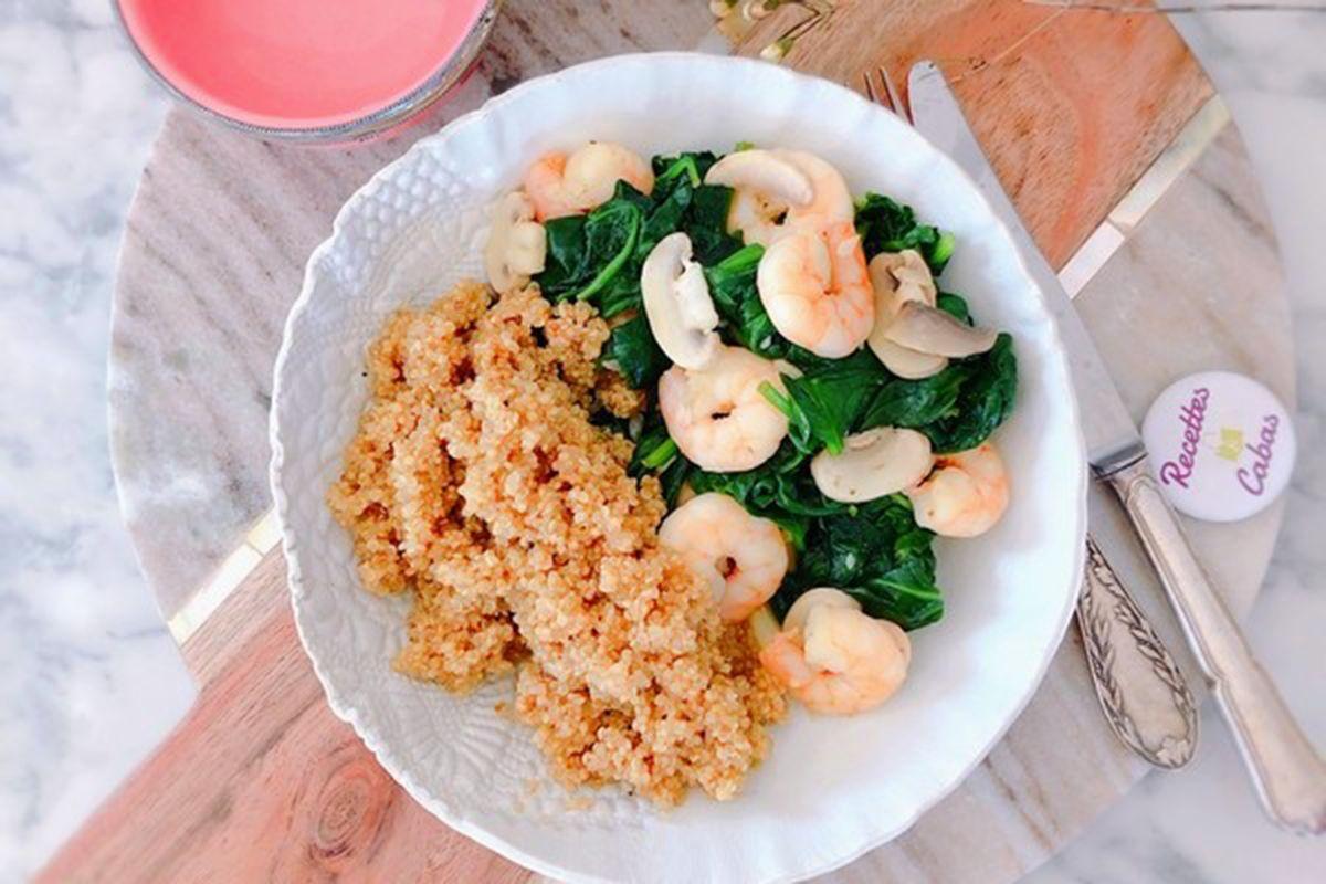 Crevettes sautées au curry quinoa, pousses d'épinards et champignons